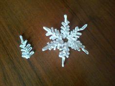При плетении снежинки (и крылышек у курочек)пользовалась этим образцом.Придумала его Анна Иванова ,за что ей огромная благодарность.Боковые стойки отрезать и вытащить.Из шести таких листиков склеить снежинку.