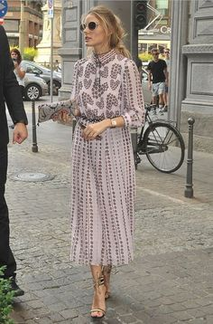 $1812 Elevate your daytime look with Olivia Palermo's street style inspiration at Milan Fashion Week. Think printed midi dresses, high heel sandals, three quarted sleeved shirts and minimal accessories.