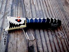 / sonic bird j / Fishing Humor, Fishing Bait, Bass Fishing, Fishing Stuff, Fish Wood Carving, What Is Vintage, Homemade Fishing Lures, Topwater Lures, Bass Lures