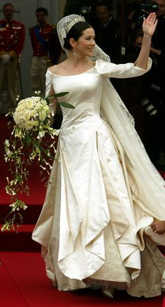 The most unique feature of the dress was to be found in the skirt, where panels of the satin opened from her hip to reveal 8 meters of heirloom lace. The Irish lace was another sentimental touch, honoring Frederik's family. It was part of the original wedding gift to Crown Princess Margaret of Sweden (Fred's great-grandmother) which included the famous family veil.
