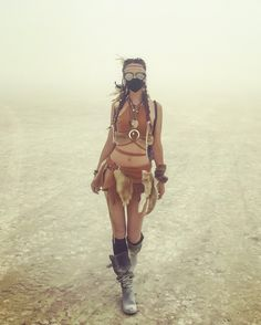 Try not to pose still in a full front photo. For example, here it looks like the girl is walking towards the photographer… Estilo Burning Man, Burning Man Mode, Burning Man Style, Burning Man Girls, Burning Man Art, Burning Man Fashion, Festival Looks, Festival Mode, Festival Wear