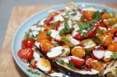 Deze zomerse gegrilde aubergine salade is heerlijk om te serveren bij een barbecue of als bijgerecht met meerdere gerechten. Voeg er de nodige gekleurde tomaten aan toe en deze salade is een waar kleurenpalet geworden.