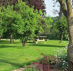 table de pique nique au domaine de la ferme de fourges à Flancourt catelon à proximité de bourg acgard