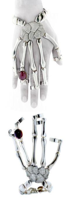 The nurse in me loves this! Skeleton Hand Bracelet ♡