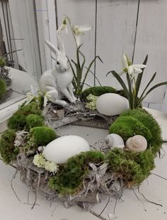 Schöner Oster Tischkranz Blumen ideen Best Picture For small spring wreaths For Your Taste You are looking for something, and it is going to tell you exactly what you are looking for, and you didn't f Easter Flower Arrangements, Easter Flowers, Spring Flowers, Floral Arrangements, Spring Decoration, Fleurs Diy, Deco Floral, Easter Table, Easter Wreaths