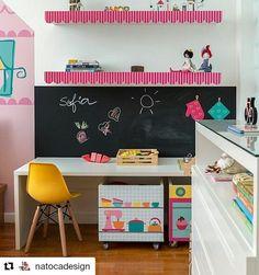 #Repost @natocadesign with @repostapp ・・・ Bancada com placa de cooktop e caixotes adesivados com fogão e utensílios. Tudo isso na cozinha da Sofia, by @minimobileatelie e @fina.stampa. Móveis e marcenaria da @lojatinoc. Foto de @sambacine . @#natoca #natocadesign #quartodecrianca #kidsroom #kidsdecor #kidsstyle #instadecor #instakids #quartoinfantil #deco #decor #decoration #decoracao #decor #designinfantil #kidsinspiration #lojatinoc #caldaspaula #finastampa #minimobileatelie #sambacine