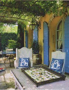 . . . bleu ciel et jaune ensoleillé de la Provence, France