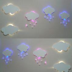 Linda luminária nuvem com mobile de gotinhas iluminadas com led.  A nuvem tem em média 38x25cm mais a parte das gotinhas uma média de 15 a 20cm para baixo.  Qualquer dúvida estamos a disposição.  Podemos variar a cor da nuvem e do led.  Led disponível, branco, amarelo, azul, rosa, verde, lilás  C...