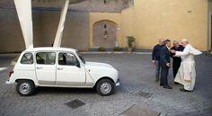 Papa Francisco ahora tiene un Renault 4 para sus viajes