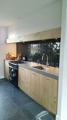 Eiken keuken met zwarte zelliges en Falcon forhuis Kitchen, Home Decor, Cuisine, Kitchens, Interior Design, Home Interior Design, Stove, Cucina, Home Decoration
