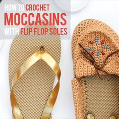 Are you ready for some flip-flop-moccasin super shoes! In this free pattern and video tutorial Ill show you how to crochet shoes with flip flop soles that are super comfortable function as shoes and/or slippers and can be customized to adult shoe size. Crochet Diy, Diy Crochet Shoes, Tongs Crochet, Crochet Shoes Pattern, Crochet Simple, Crochet Sandals, Crochet Boots, Crochet Crafts, Crochet Patterns