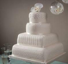 Torta Nuziale a piani bianca realizzata da Fiona Cairns