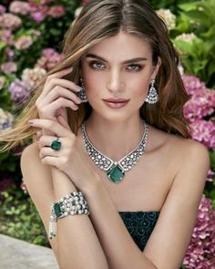 Beautiful editorial from Fashion director Photographers Jewellery… Emerald Jewelry, High Jewelry, Shooting Photo, Fashion Poses, Jewelry Photography, Photo Jewelry, Necklace Designs, Jewelry Design, Glamour