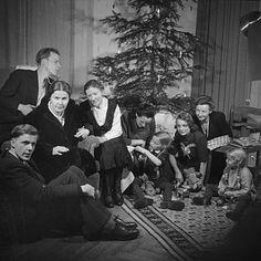 Familienporträt unterm Weihnachtsbaum, Dresden, 1949, Fotograf: Hildegard Jäckel, SLUB/DF: df_j_0000429_06