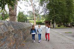 Paula, Cuca y yo entrando en el Pazo de Mariñán. Ibamos muy dispuestas a ver fantasmas