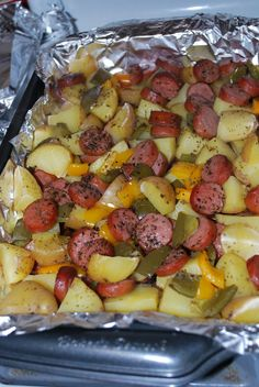 My favorite recipes are those you can twist and still taste very good! This smoked sausage and potato bake is very delicious and perfect for dinner. I usually change the ingredients as I wish! Check it out. You'll Need: 1 package of sliced Eckrich skinless smoked sausage. 8 quartered Yukon gold po…