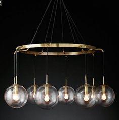 Ball Glass Ring 60 - duży żyrandol w kształcie okręgu o średnicy 60 cm do tego osiem przeźroczystych baniek szklanych a w nich ozdobne żarówki i to wszystko w mosiądzowane. Do kupienia na domodes.pl