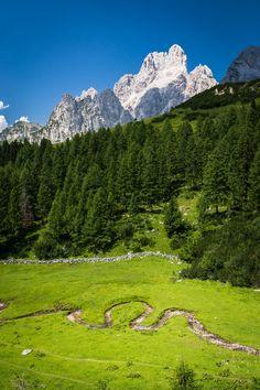 """Der Kaserboden ist einer von 16 """"geomantisch ausgemessenen"""" Kraftplätzen in Filzmoos und ist gesegnet mit Leichtigkeit und sehr hoher Energie. Es bedarf etwas Kondition und Ausdauer, um auf diesen einzigartigen Platz zu gelangen, jedoch ist es die Mühe wert! Der Elf, Mountains, Nature, Travel, Ghosts, Glee, Places, Naturaleza, Viajes"""