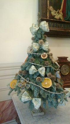 Alberello realizzato con rami di abete argentato, arancio essiccato, bacche dorate e fiocchi di nastro di seta. Natale 2012