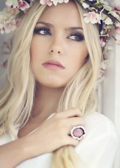 Maquiagem para noivas com boca suave e olhos bem marcados.
