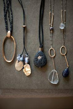 bijoux : collier Julie Cohn design, métal, pierres, gris sombre