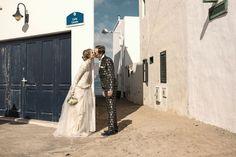 """KASKA HASS Couture aus Berlin bietet nicht nur Kleider für die Braut an, sondern hat auch ausgefallene Anzüge für die männliche Seite zu bieten.  Mit dem Motto """"traut euch"""" feierte das berliner Modelabel seinen Erfolg.   Foto: Sven Hagolani    https://www.marryjim.com/de/kaska-hass-couture/Designer-Brautkleider/id236"""