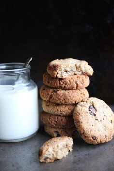 Vegan and Paleo Chocolate Chip Cookies Paleo Chocolate Chip Cookies, Milk Cookies, Natural Born Feeder, Come Dine With Me, Glass Of Milk, Biscuits, Healthy Recipes, Vegan, Dining