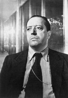 Ludwig Mies van der Rohe schien der Beruf des Architekten in die Wiege gelegt zu sein. Im Betrieb des Vaters früh mit Dingen des Bauwesens vertraut, ging er als 19-Jähriger nach Berlin, wo er in den Büros von Bruno Paul und Peter Behrens arbeitete. Möbel entstanden als Nebenprodukte seiner Bauten. Besonders bekannt ist der Barcelona Chair, den er für den deutschen Pavillon auf der Weltausstellung 1929 in Barcelona entwarf http://www.connox.de/ludwig-mies-van-der-rohe.html?p=100465=designer