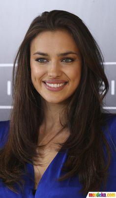"""Irina Shayk, model kelas atas yang juga pacar pesepakbola kondang Cristiano Ronaldo mempromosikan buku """"Perfect Bra."""""""