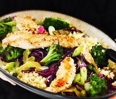 Sojafräst broccolisallad med rödkål, bulgur och sesamkyckling. Warm sallad with bulgur and sesame chicken.