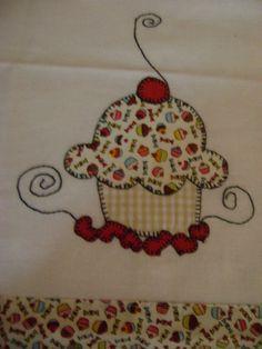 Pano de prato em patchcolagem cupcake e coração