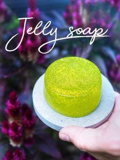 Itse tehty hyytelösaippua tekee käsien pesemisestä hauskaa Jelly Soap, Soap Making, Diy Projects, Glitter, Cosmetics, Homemade, How To Make, Gifts, Christmas