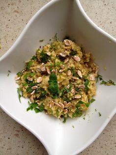 2 jajka;łyżka płatków owsianych(lub innych);koper;szczypior;listek szpinaku;łyżeczka zmielonych pestek dyni;oliwa z oliwek. Płatki zalać gorącą wodą. Szczypior, koper i szpinak pokroić drobno. Zagotować wodę w garnku. ułożyć na nim talerzyk z duralexu. Wlać kilka kropel oliwy. Jajka wbić do miseczki i ścinać je, przez kilka minut mieszając. Pod koniec dodać miękkie już płatki, szczypior,koper i szpinak. …