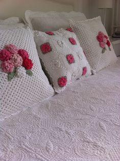 Crochet pillow  ༺✿ƬⱤღ http://www.pinterest.com/teretegui/✿༻