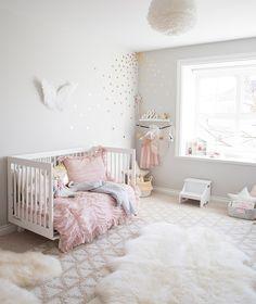 Une chambre à la décoration grise et rose claire