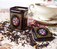 Nostalgisk Vintage TE-boks Retro Vintage, Coffee Maker, Kitchen Appliances, Tea, Coffee Maker Machine, Diy Kitchen Appliances, Coffee Percolator, Home Appliances, Coffee Making Machine