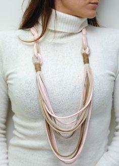 Collier en jersey rose et beige, doux et unique : Collane di les-folies-bijoux