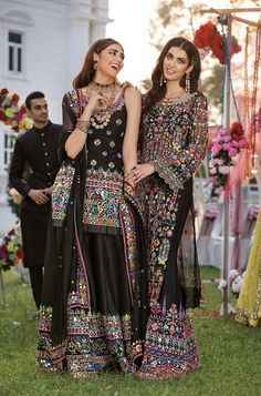 Outfit inspo for a mehndi/ baraat - Tenues de Mariée Pakistani Dresses Online, Pakistani Formal Dresses, Pakistani Wedding Outfits, Pakistani Dress Design, Bridal Outfits, Dress Indian Style, Indian Dresses, Indian Outfits, Indian Attire