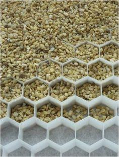 Voor een stevig, vlakke ondergrond kan er gebruik gemaakt worden van honingraat platen die ervoor zorgen dat het materiaal goed blijft liggen. Toepassen: bij verhardingen in combinatie met grind, split of schelpen b.v.terras, looppad, oprit.