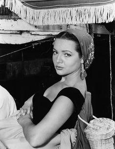 Sara Montiel fue la primera española en trabajar en Hollywood. Participó en 60 películas y, durante su etapa en Hollywood, trabajó junto a artistas de la talla de Gary Cooper, Burt Lancaster, Joan Fontaine, Mario Lanza, Vincent Price y Charles Bronson