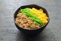 いちばん丁寧な和食レシピサイト、白ごはん.comの『三色丼の作り方』を紹介するレシピページです。3色丼のポイントは、彩り、風味、食感の違うものを組み合わせること。今回は鶏そぼろ、卵のそぼろ、せん切りの絹さやで作ります。写真付きで詳しく紹介していますので、ぜひ作ってみてください! Japanese Dishes, Japanese Food, Colored Rice, How To Cook Rice, Rice Bowls, I Love Food, Fried Rice, Baby Food Recipes, Risotto