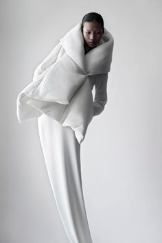 Soft Sculptural Fashion - white jacket design with padded structure; shape & volume // Qiu Hao : Soft Sculptural Fashion - white jacket design with padded structure; Foto Fashion, Fashion Art, Womens Fashion, Fashion Design, Fashion Trends, Berlin Fashion, Cheap Fashion, Fashion Shoot, Fashion News