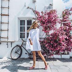 Auf der Suche nach dem perfekten Kleid für warme Tage?! Bloggerin Debi setzt auf ein weißes Kleid von @catcat_studio und wir sind ganz verliebt ♥️ #debiflue #showroomde #showroomsummer #dress #whitedress #catcatstudio #modeblog #bloggerstyle #summerstyle #minimalchic