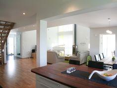 Oktav är ett ljust och modernt hus från Myresjöhus. Öppet mellan våningarna, vilket ger en stor rymd.