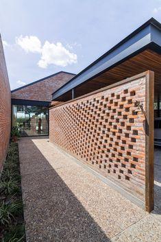 Dom z cegły.pl Gallery of House in San Marino Funes Hills / Mariel Suárez - 21 Brick Design, Facade Design, House Design, Brick Fence, Brick Wall, Modern Brick House, Brick Detail, Brick Architecture, Brickwork