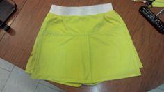 Pantaloncino-gonna a vita alta con elastico e cerniera nel retro, fatta con camicia estiva XXL