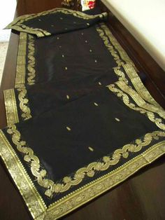 Black Sari as a tablerunner Dining Table Runners, Dining Table In Kitchen, Love Birds Nest, India Decor, Moroccan Interiors, Wedding Table Settings, Poker Table, Table Linens, Designs To Draw