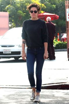Kristen Stewart Opens Up About 'Clouds Of Sils Maria' Irony: Photo Kristen Stewart stays casual while hanging out with a group of pals including Alicia Cargile on Sunday afternoon (October in Silver Lake, Calif. Androgynous Fashion, Tomboy Fashion, Look Fashion, Tomboy Stil, Estilo Tomboy, Estilo Fashion, Ideias Fashion, Jennifer Lawrence Hair, Sils Maria