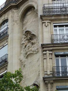 Allégorie du jour et de la nuit par le sculpteur Jules Raspail (1908) 15, rue Perrée Paris 75003. Architectes : Georges-Raymond Barbaud & Édouard Bauhain.©GB