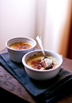 Eine köstliche Karamellkruste macht die Crème brûlée zu einem ganz besonderen Dessert! Darunter verbirgt sind eine sahnige Vanille-Creme.